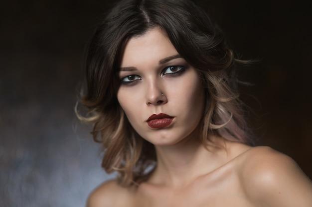 가죽 코르셋에 아름 다운 섹시 한 여자