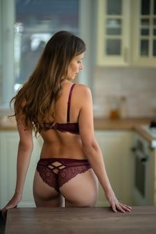 집에서 부엌에서 란제리에 아름 다운 섹시 한 여자