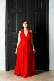 인테리어, 관능적 인 초상화에 빨간 드레스에 아름 다운 섹시 한 여자