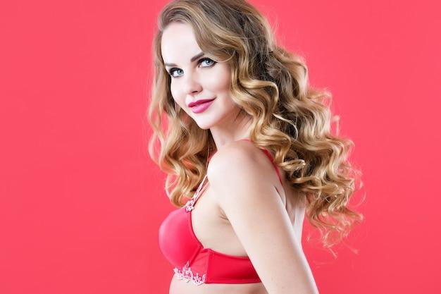 赤いランジェリーの美しいセクシーな女性。髪とメイク。