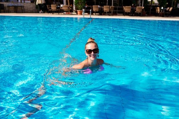 Красивая сексуальная женщина в бассейне