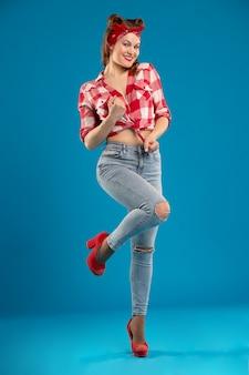 속박 체크 무늬 셔츠에 매듭이 핀 업 스타일의 아름다운 섹시한 여자