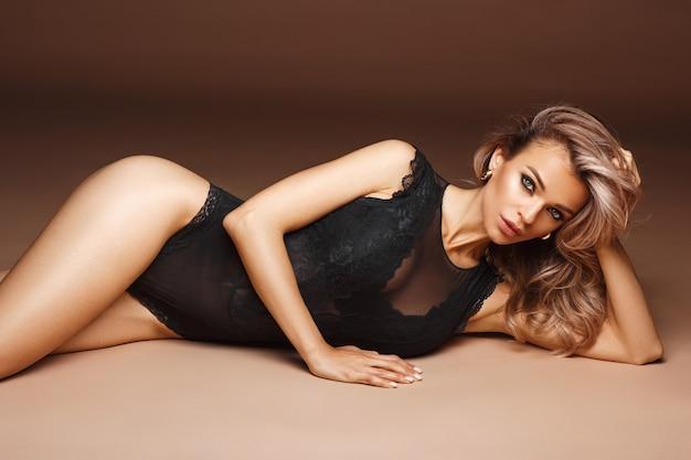 속옷에 아름 다운 섹시 한 여자