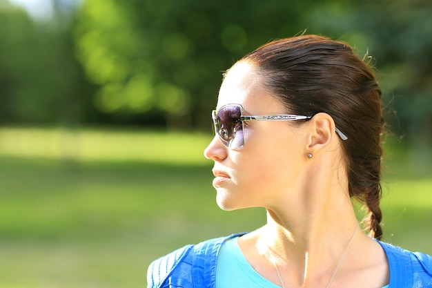 검은 선글라스에 성격에 아름 다운 섹시 한 여자
