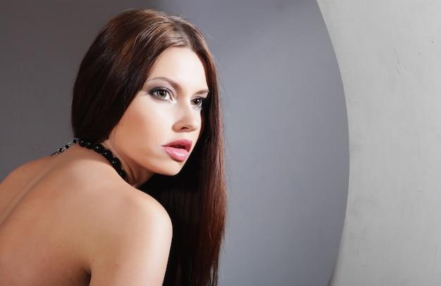 원에서 포즈를 취하는 아름 다운 섹시 한 여자