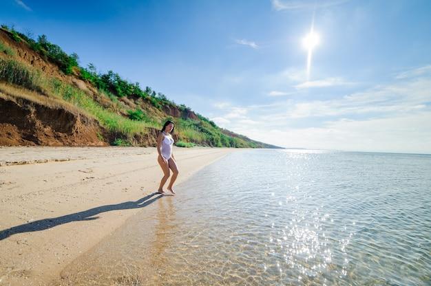 Красивая сексуальная женщина на берегу моря.