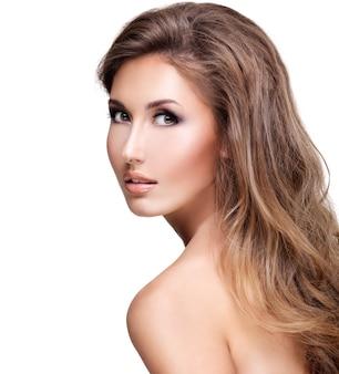 긴 물결 모양의 머리 포즈와 아름 다운 섹시 한 여자. 흰색 절연