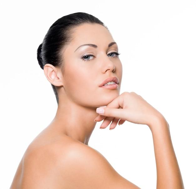 完璧な肌を持つ美しいセクシーな女性-白で隔離