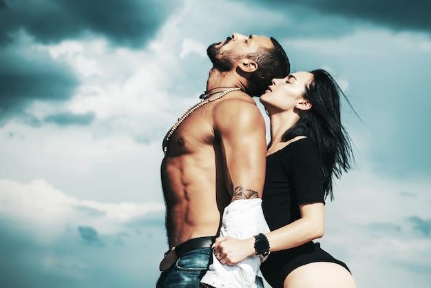 美しいセクシーな若いカップルがキスします。