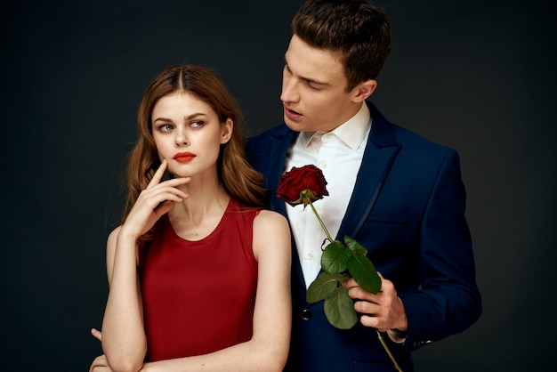 검은 벽에 남자와 여자 연인의 아름다운 섹시한 젊은 부부