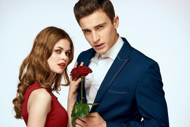 黒の男と女の恋人の美しいセクシーな若いカップル