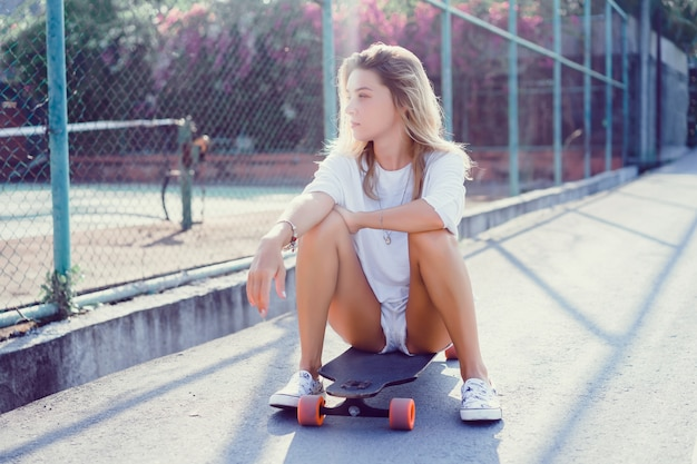 화창한 날씨에 longboard와 반바지에 아름 다운 섹시 한 젊은 여자