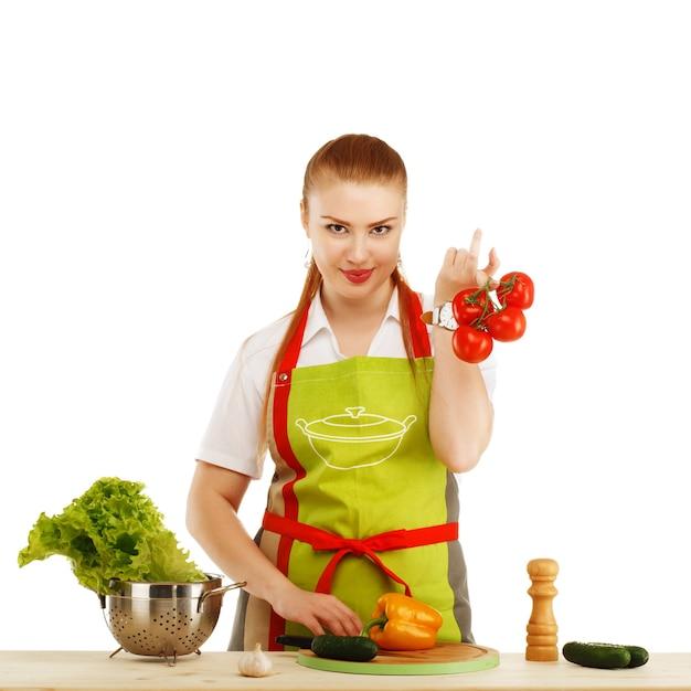 아름 다운 섹시 한 젊은 여자는 흰색 절연 신선한 식사를 요리