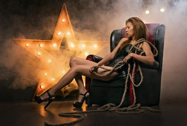 ランプと星の背景に美しいセクシーな若い女性