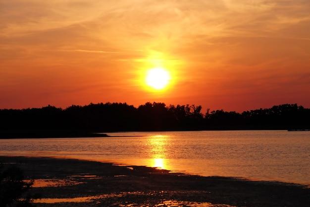 湾の美しい光沢のある夕日