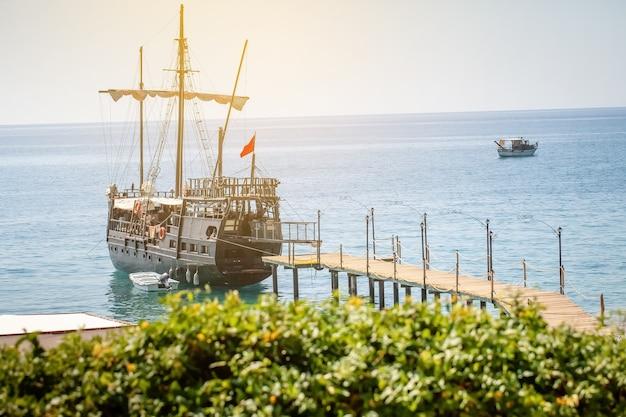 帆が岸に係留された美しい船