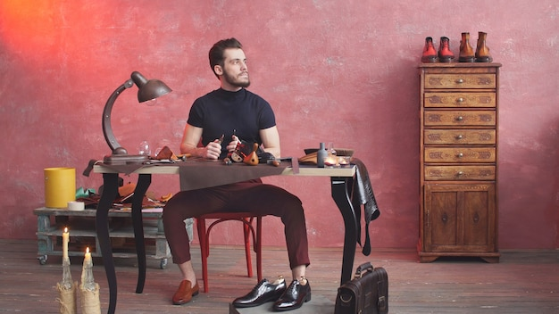 Дизайнер beautiful shoe сосредоточился на кройке обувной ткани