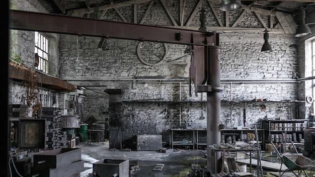 Bella ripresa di un magazzino disordinato abbandonato