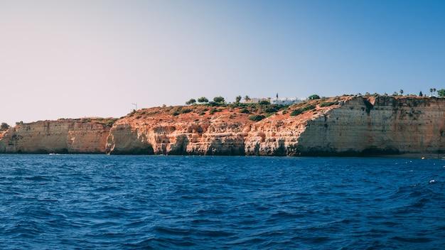 Bellissimo scatto della costa dell'algarve in portogallo
