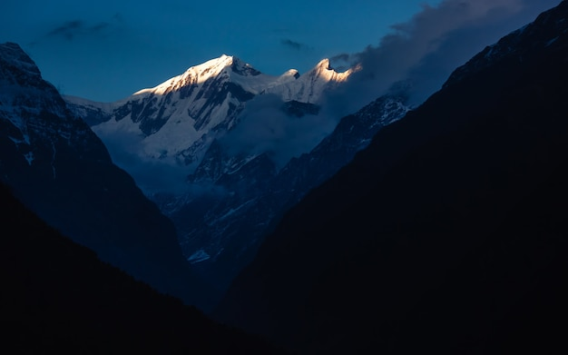 Beautiful shot of the annapurna mountains in the nepal himalaya on the annapurna base camp