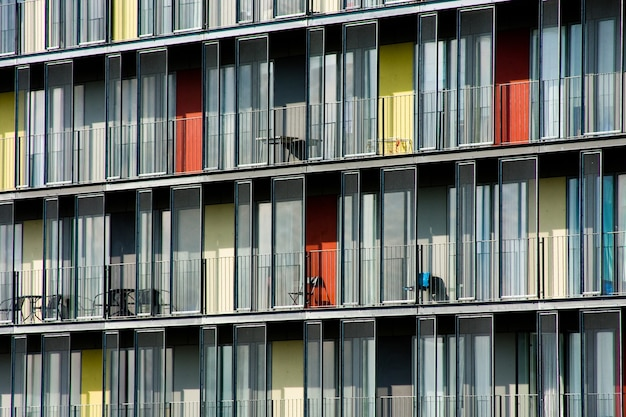 Bella ripresa di un appartamento con porte di colore diverso durante il giorno