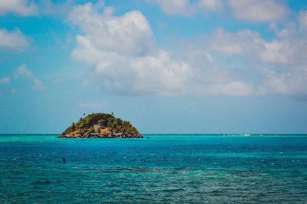 Bellissimo scatto di cayo cangrejo providencia in colombia con un cielo blu nuvoloso