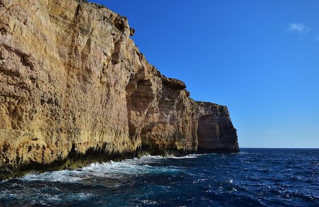 Bella ripresa di scogliere di mare calcareo corallino a migra il-ferha, isole maltesi, malta