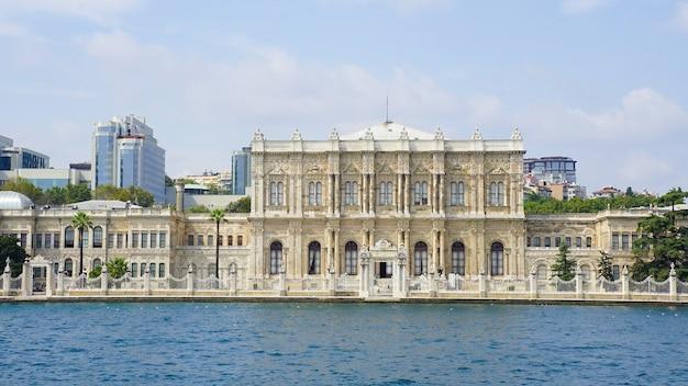 Bellissimo scatto del palazzo dolmabahce in turchia