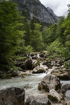Bella ripresa di un fiume che scorre in un paesaggio di montagna a wetterstein, in germania