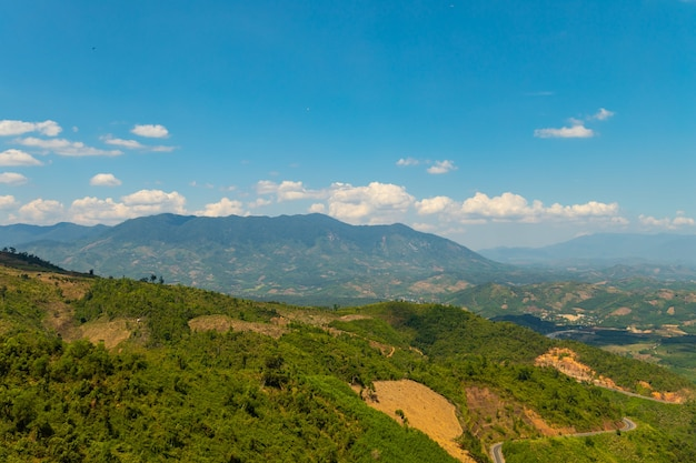 Bel colpo di montagne boscose sotto un cielo blu in vietnam