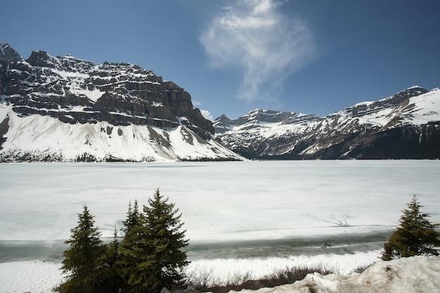 Bella ripresa di un lago hector ghiacciato nelle montagne rocciose canadesi