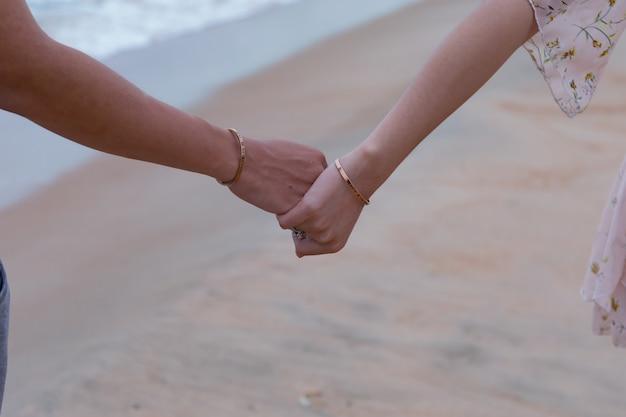 Bel colpo di mani di una coppia di innamorati - concetto di amore