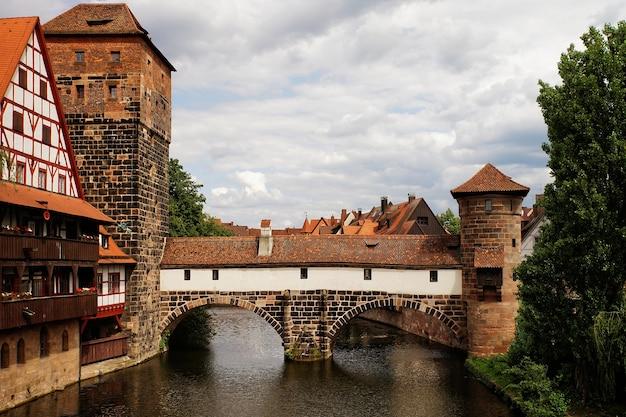 Bella ripresa del ponte henkersteg norimberga in germania in una giornata nuvolosa