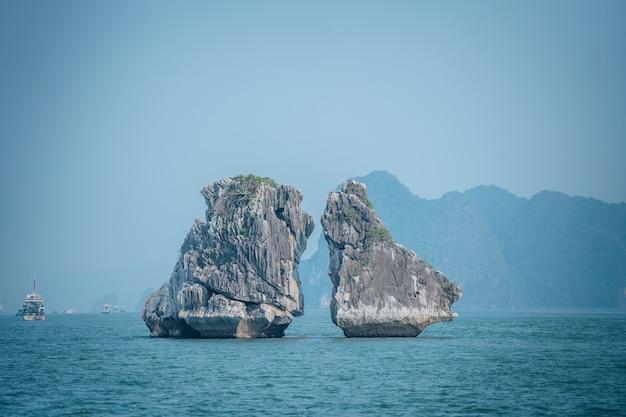 Bellissimo colpo di kissing rocks nella baia di ha long in vietnam