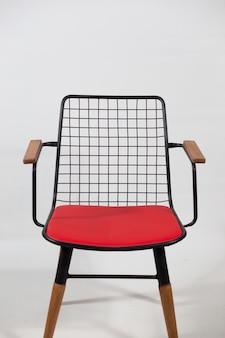 Bella ripresa di una moderna sedia in metallo isolata su un bianco
