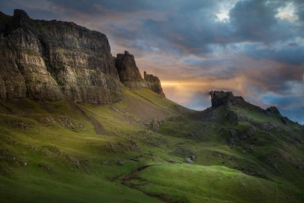 Bellissimo scatto della montagna a quiraing, isola di skye nel regno unito