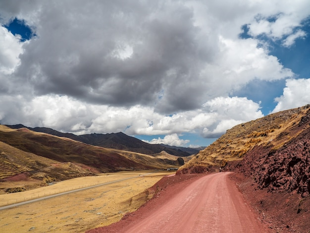 Bello scatto di una strada di montagna sotto la luce del sole