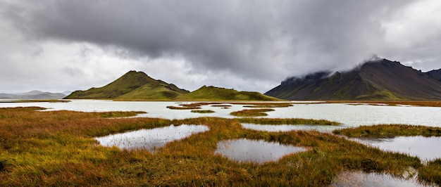 Bellissimo colpo di montagne nella regione degli altopiani d'islanda con un cielo grigio nuvoloso in background
