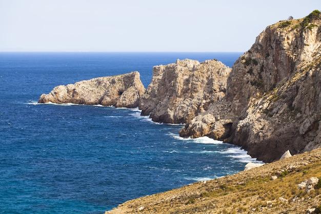 부분적으로 물에 절벽이있는 푸른 바다의 아름다운 샷-표면에 적합