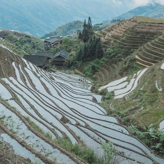 素晴らしい自然に囲まれた中国の町の美しいショット