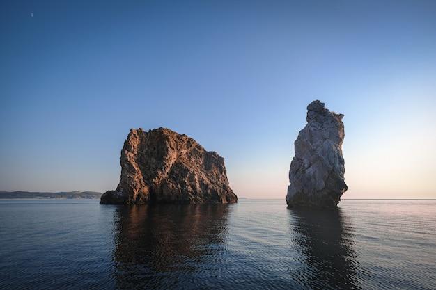 海の岩の山のカップルの美しいショット