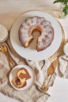 Красивый снимок вкусного кольцевого торта на белой тарелке