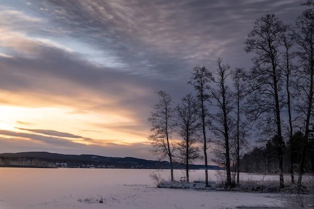 하늘에서 일몰의 풍경과 얼어 붙은 호수의 아름다운 샷