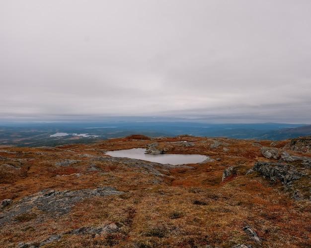 Красивый снимок озера в высоких горах