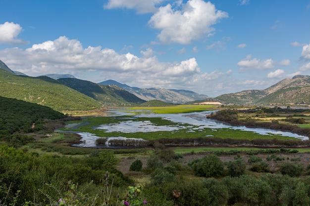Красивый снимок озера посреди горных пейзажей