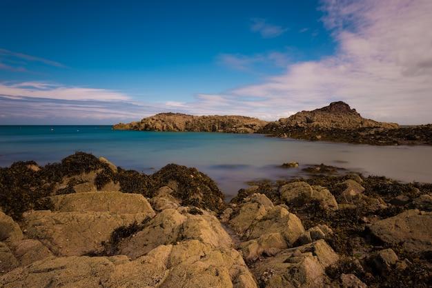 穏やかな海と崖の風景の美しいショット
