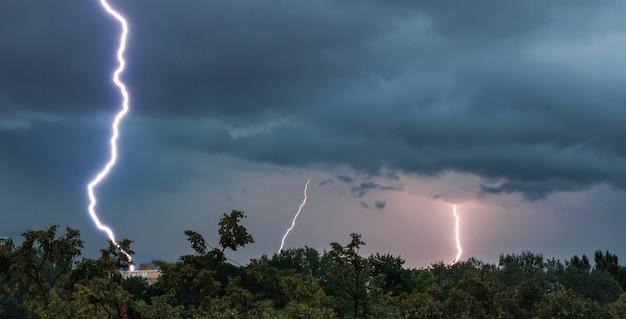Красивый снимок удара молнии в загребе, хорватия