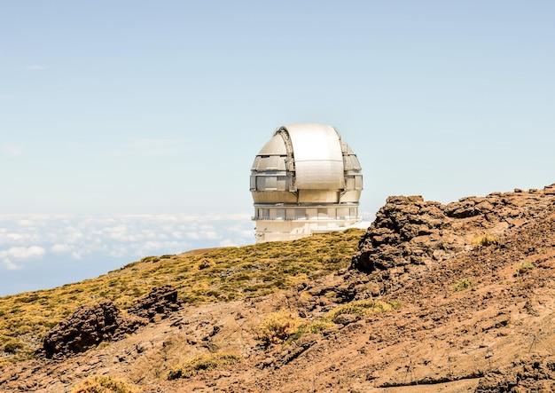 Красивый снимок современного архитектурного здания обсерватории на канарских островах в испании