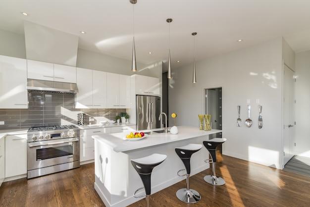 Красивый снимок современной домашней кухни