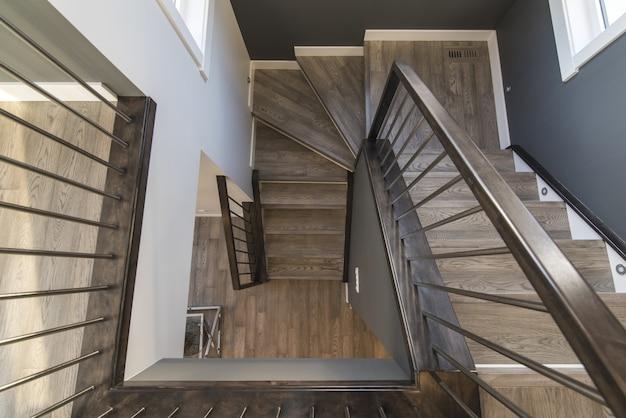 Красивая съемка лестницы современного дома